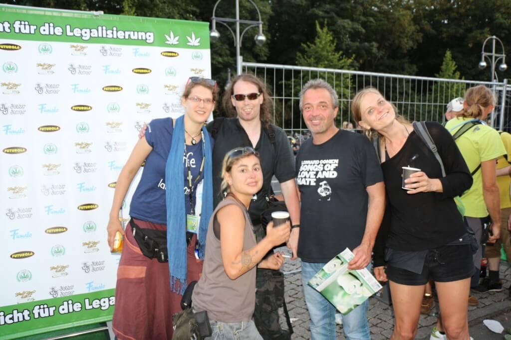 Götz Wiedmann mit Freundin rechts im Bild, 2014 Hanfparade, Berlin