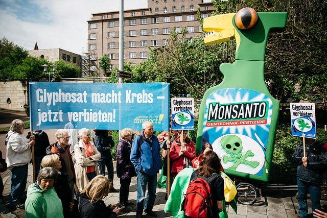 Glyphosat zu bedenklich für Heimgärten aber nicht für Felder? Foto von Moritz Richter/Campact
