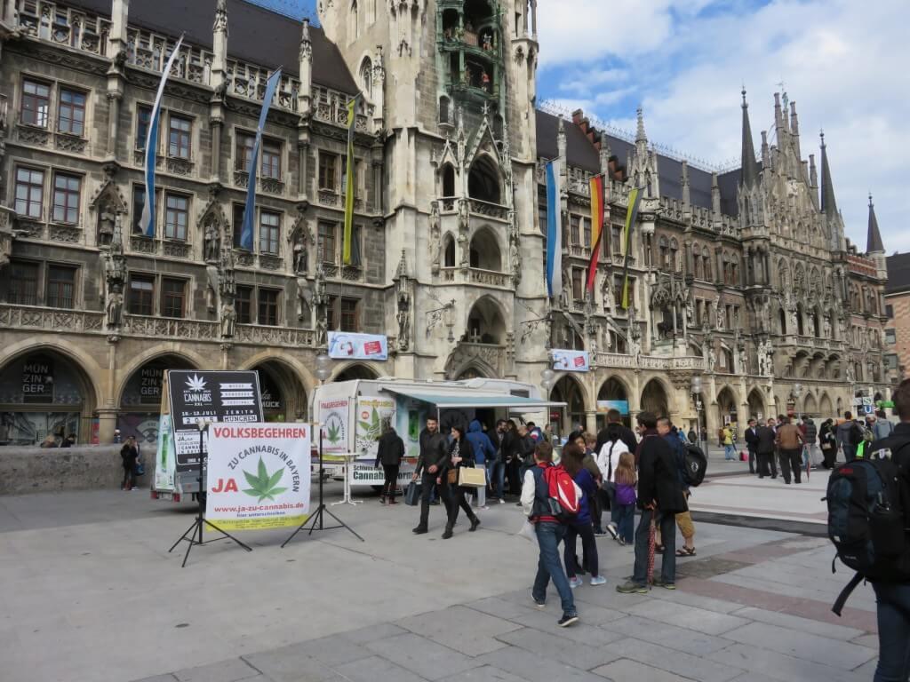 Unterschriften für das Volksbegehren vor dem Rathaus in München sammeln.