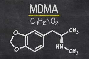 Schiefertafel mit der chemischen Formel von MDMA