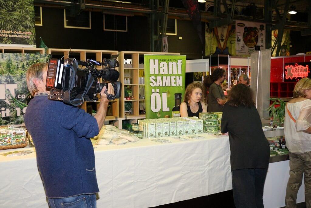 Bianca auf der Cannabis XXL, Stefan im Hintergrund