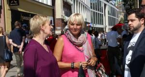 Maria Klein-Schmeink und Claudia Roth, beide MdB, am Infostand der Hanffreunde Münster