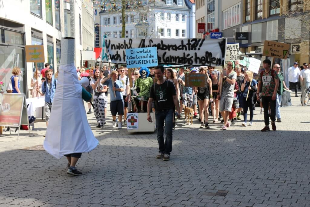 Global Marijuana March mit Riesenjoint