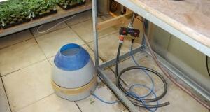 Hier ist ein Luftbefeuchter mit automatischer Wasserversorgung zu sehen