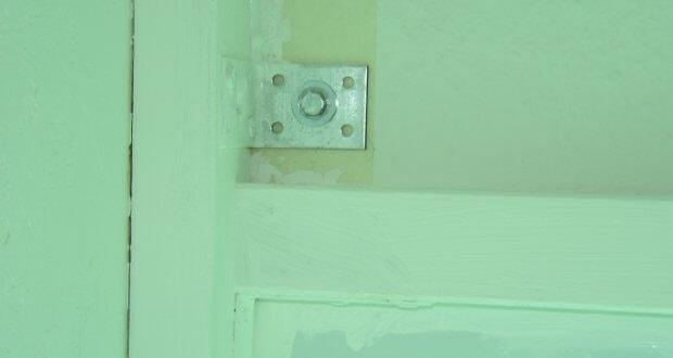 Kreppband an die Wand, Kammer ran schieben, andübeln und dann alles mit Silikon abdichten