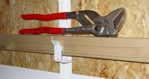 Holz mit etwas Metall, diese Türen schließen Lichtdicht