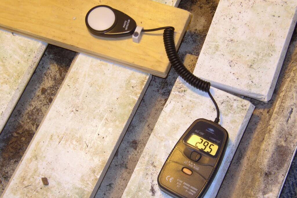 Mit dem Luxmeter verschiedene Leuchtmittel unter gleichen Bedingungen messen