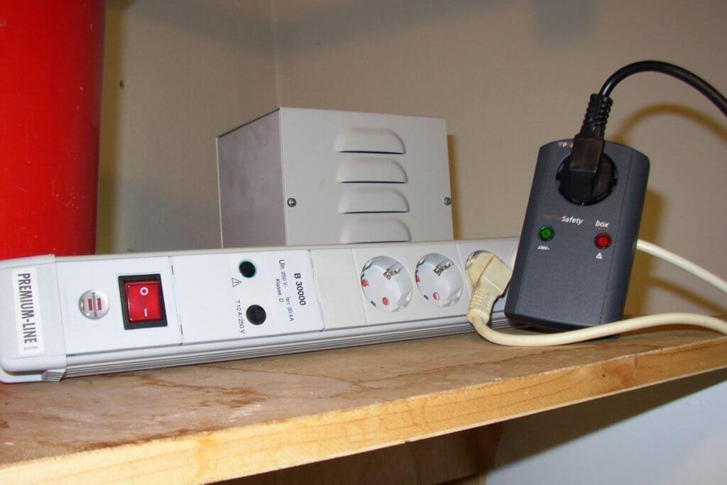 Hochwertige Steckdosen glätten die Spannung in der Stromversorgung