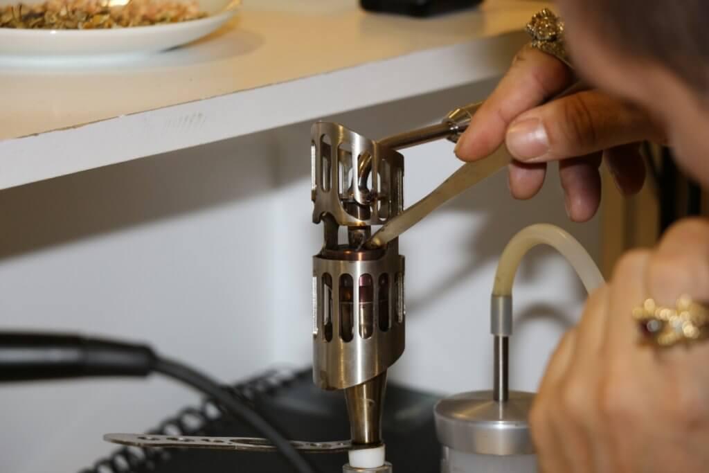 Mit dem Dabbinggerät wird das Extrakt verdampft, um es inhalieren zu können