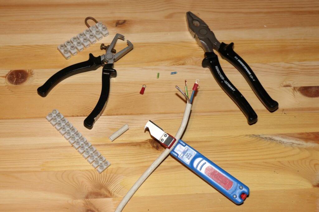 Passendes Werkzeug für das sichere Stromkabel anklemmen