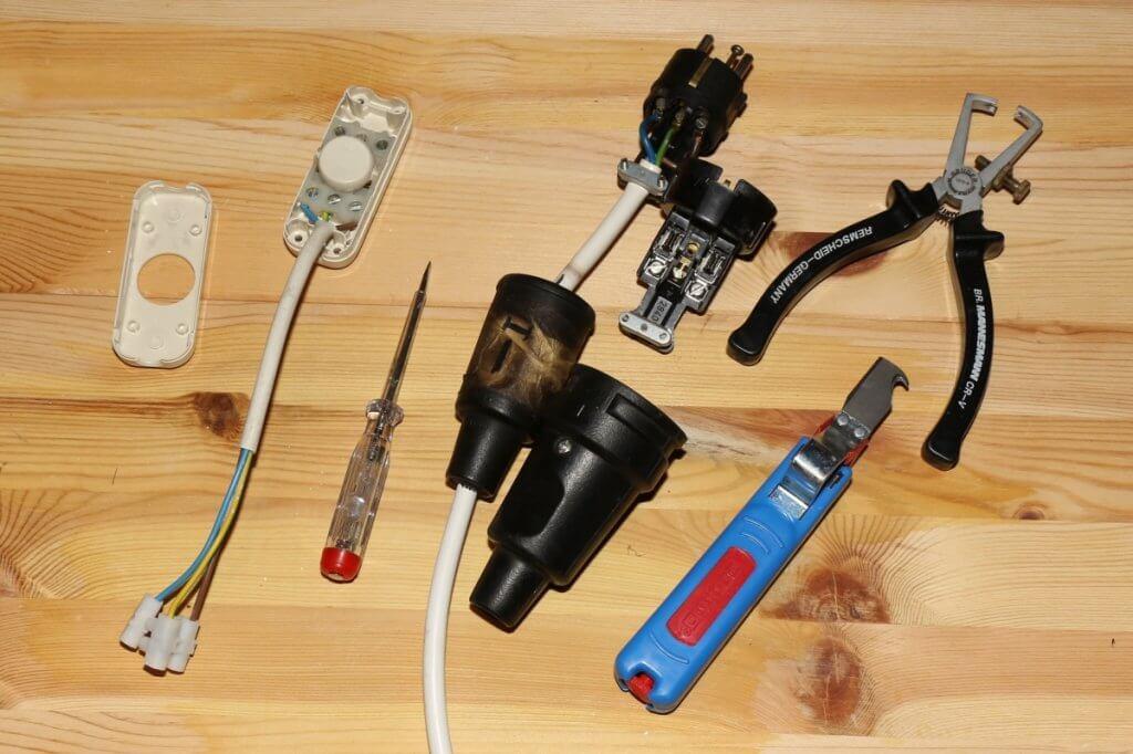 Bitte gummierte Stecker und Steckdosen verwenden