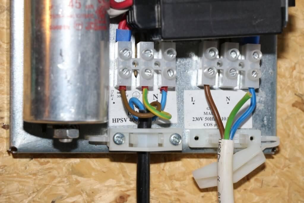Links wurde das Kabel fixiert, rechts die offene Stelle abgetrennt