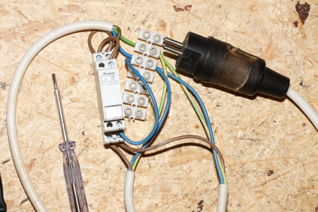 Das Stromstoßrelais leitet versetzt Tag und Nach für Kammer A und B