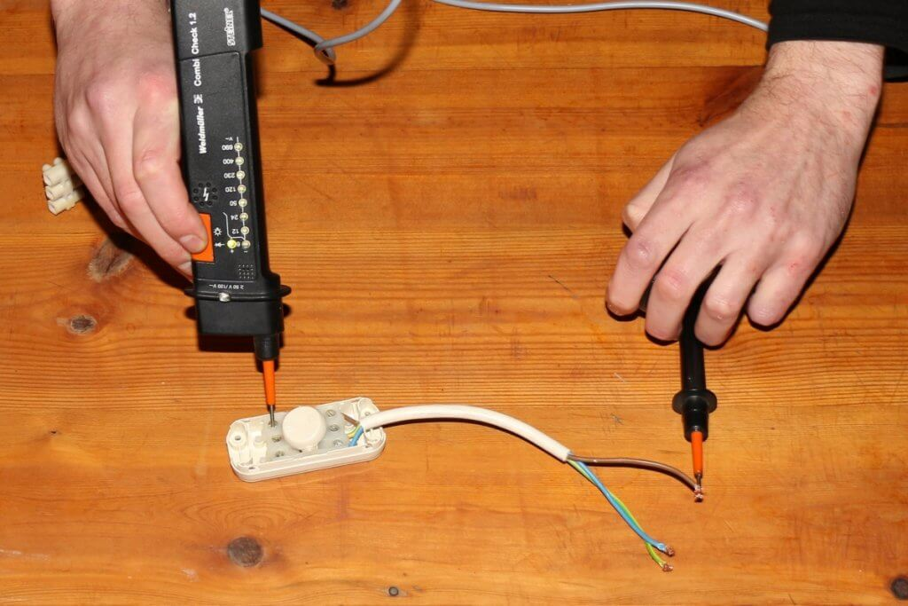 Dieses Kabel leitet den Strom