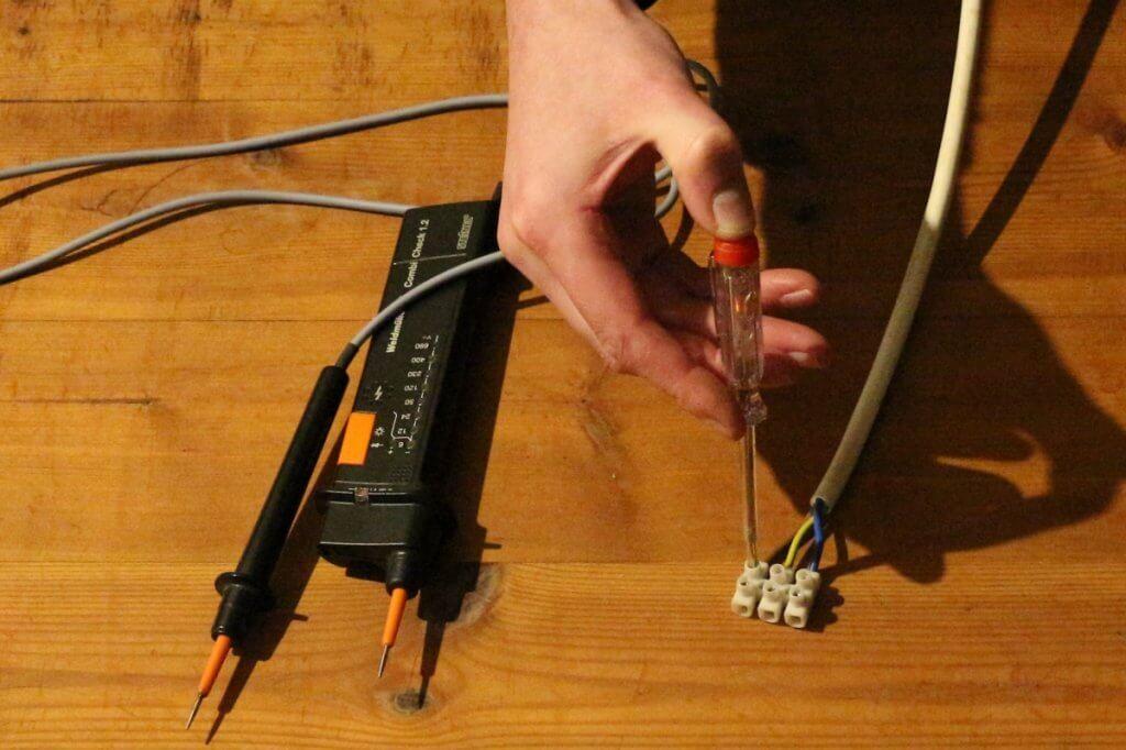 Stromprüfer Schraubenzieher als schlechte Alternative