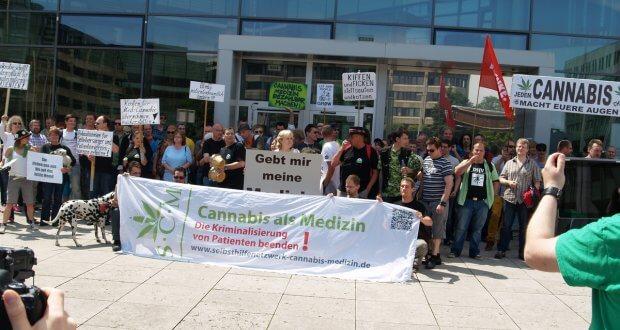 Kranke Menschen demonstrieren für ihre Rechte