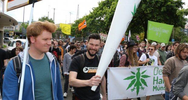 NRW Landtagsabgeordneter demonstriert für die Cannabislegalisierung