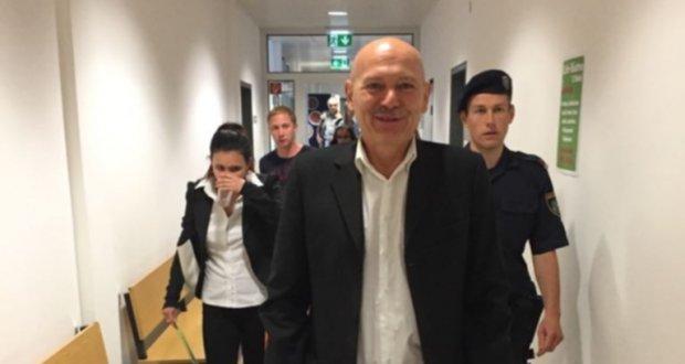 Willi auf dem Weg in den Gerichtssaal