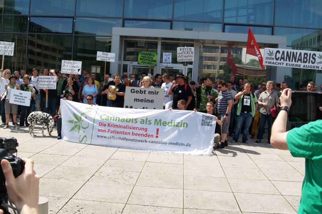 Sommer 2013 vor der Bundesopiumstelle in Bonn