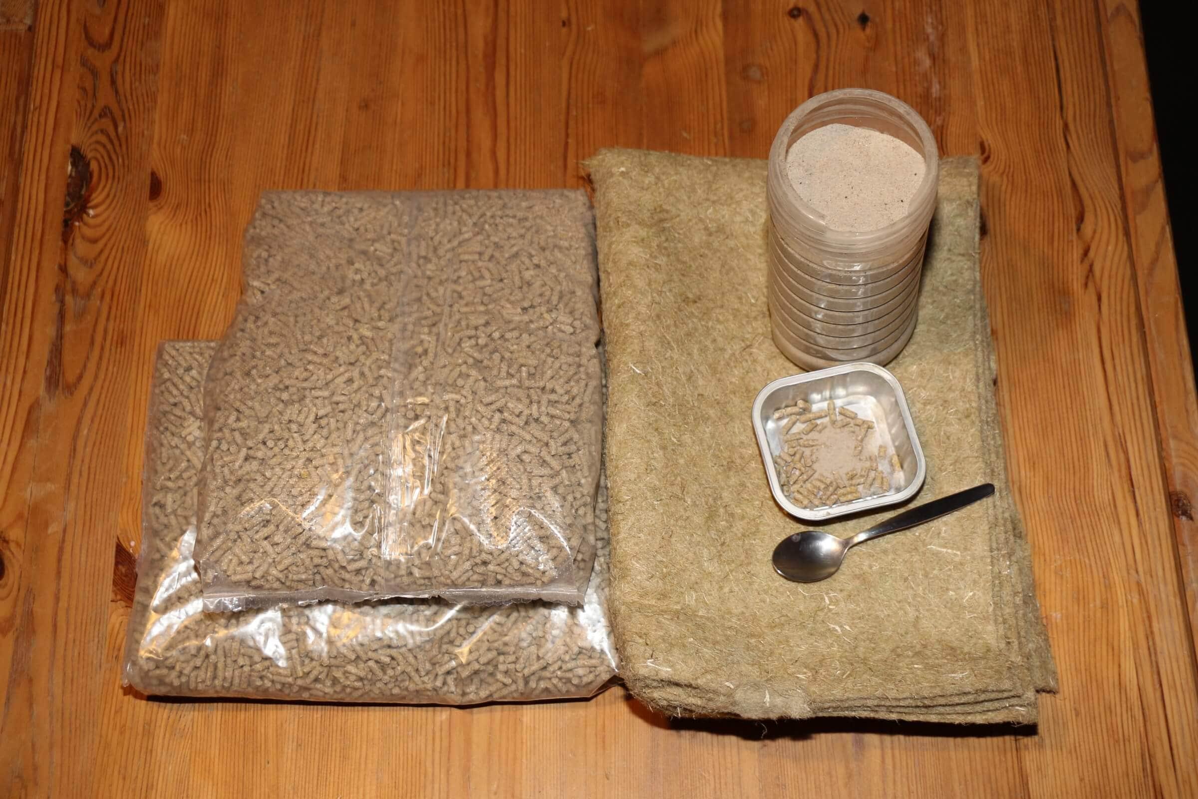 Wurmfutter mit Mineralien, Sand und die Hanfmatte zum Abdecken, abgesehen vom Sand reicht das für Jahre
