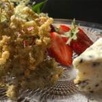 Holunderblüten in Hanfmehl-Weinteig gebacken mit Hanfsamen Salty Karamell Parfait